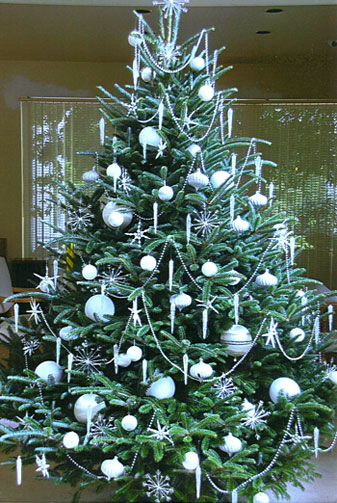 same tree decorated decorates quick and easy because the ornaments have room to hang straight